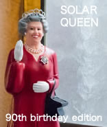 ソーラーパネルに光が当たると、女王陛下のお手振りが見られるオブジェ